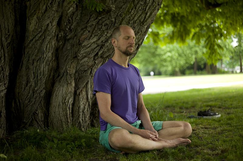 Meditation im Schatten eines alten Baumes